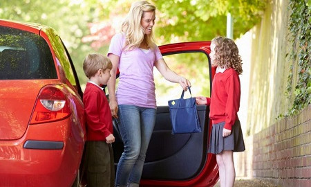 Parent-and-child-safety-tips-for-the-school-run-768x512